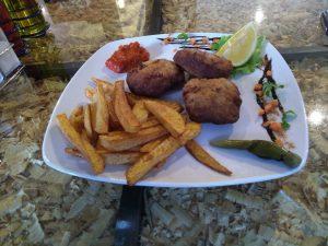 пържени кюфтета, пържени картофи, ресторант, Монстър Хай, Пловдив, Monster High